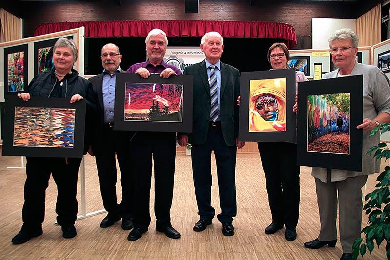 """Stolze Preisträger des Ausstellungswettbewerbs 2017 """"Farbenrausch""""."""
