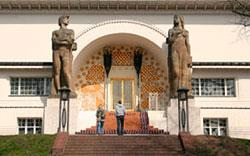 """Ernst-Ludwig-Haus mit """"Mann und Weib"""""""